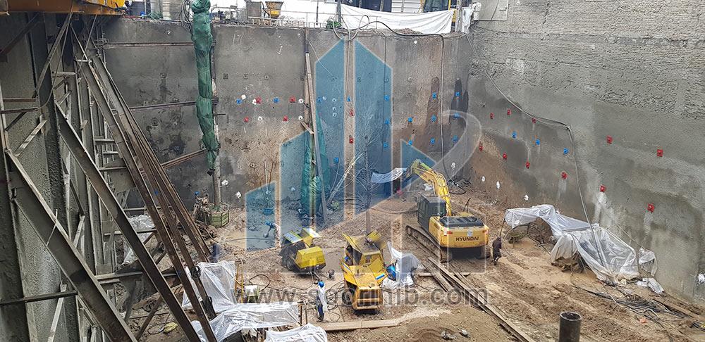 اجرای سازه نگهبان خرپا به ارتفاع 13 در مجاورت ساختمان فاقد اسکلت و گودبرداری در خاک رس