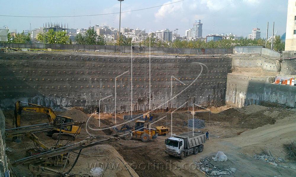 عملیات گودبرداری و تثبیت و پایدارسازی دیوارههای گود به روش اجرای نیلینگ و زهکشی و آب بندی دیواره های گود